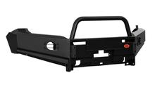 Передний силовой бампер Amarok c защитной дугой, вертикальной площадкой лебёдки и дополнительным оборудованием.